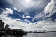 Parte anteriore dell'acqua di Seattle con Ferris Wheel Fotografia Stock Libera da Diritti