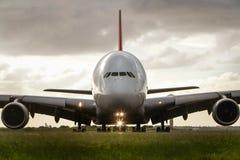 Parte anteriore dell'aereo di linea del jet di Airbus a380 sopra Fotografia Stock