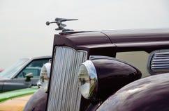 Parte anteriore dell'automobile d'annata con un ornamento del cappuccio Immagine Stock