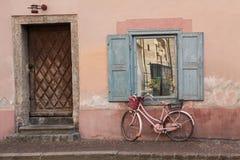 Parte anteriore della Camera con la bici nostalgica invecchiata Fotografia Stock