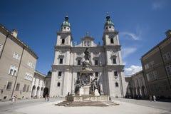 Parte anteriore della cattedrale barrocco di Salisburgo con la statua alla V fotografie stock