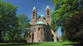 Parte anteriore della cattedrale di Speyer, sito famoso del campanile del patrimonio mondiale dell'Unesco stock footage