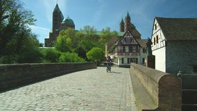 Parte anteriore della cattedrale di Speyer, sito famoso del campanile del patrimonio mondiale dell'Unesco archivi video