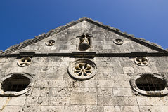 Parte anteriore della chiesa di pietra nella città di forza Immagini Stock Libere da Diritti