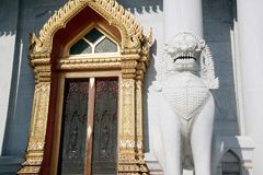 Parte anteriore della chiesa a Wat Benchamabophit, il tempio di marmo della statua del guardiano a Bangkok, Tailandia fotografia stock