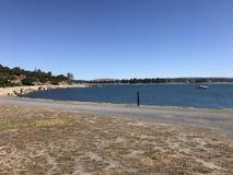 Parte anteriore della spiaggia con la barca fotografie stock libere da diritti