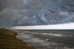 Parte anteriore della tempesta sopra acqua Immagini Stock