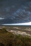 Parte anteriore della tempesta sopra acqua Immagine Stock