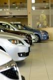 Parte anteriore delle automobili in sala d'esposizione Fotografia Stock