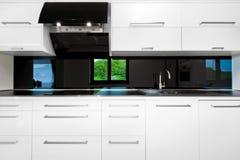 Parte anteriore di bella cucina bianca Fotografia Stock Libera da Diritti