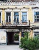 Parte anteriore di costruzione abbandonata Immagini Stock Libere da Diritti