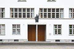 Parte anteriore di costruzione principale dell'Ruprecht-Karls-università con la statua della dea romana di saggezza Minerva sopra immagini stock libere da diritti