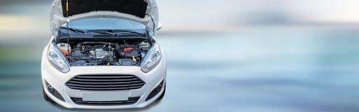 Parte anteriore di nuova automobile bianca con il cappuccio aperto del motore Fotografie Stock Libere da Diritti
