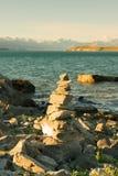 Parte anteriore di pietra impilata del lago Wanaka fotografia stock libera da diritti
