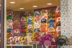 Parte anteriore di un negozio multicolore del fan nel centro storico di Toledo fotografie stock