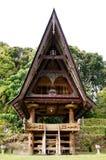 Parte anteriore di una casa ad un vecchio villaggio di Batak nell'isola di Sumatra Samosir Fotografie Stock Libere da Diritti