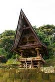 Parte anteriore di una casa ad un vecchio villaggio di Batak nell'isola di Sumatra Samosir Fotografie Stock