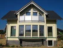 Parte anteriore di vetro di una casa unifamiliare moderna Fotografia Stock