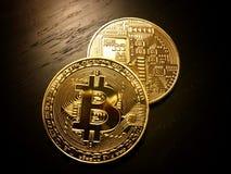Parte anteriore e parte posteriore dei bitcoins dorati Fotografie Stock Libere da Diritti