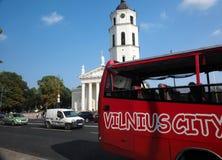 Parte anteriore editoriale del bus turistico della cattedrale Lituania di Vilnius Fotografia Stock