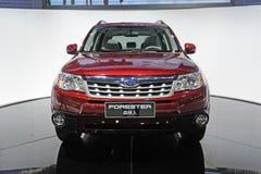 Parte anteriore rossa del suv del silvicoltore di Subaru immagine stock