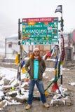 Parte anteriore stante del viaggiatore del segnale stradale del passaggio della La di Khardung Fotografia Stock Libera da Diritti