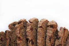 Parte apetitosa de carne fumado com azeitona e um ramo do aneto fixado em uma forquilha contra uma parede de pedra preta fotografia de stock royalty free