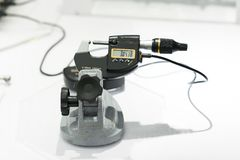 Parte automobilistica di ispezione dell'operatore dal micrometro Fotografie Stock Libere da Diritti