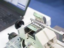 Parte automobilistica di ispezione dell'operatore dalla macchina di misurazione di contorno Fotografia Stock