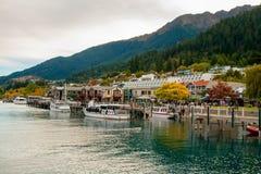 Parte central da estância turística de Queenstown no lago Wakatipu em cumes do sul, Nova Zelândia fotografia de stock royalty free