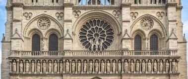 Parte central de la fachada occidental de Notre Dame de Paris de la catedral Foto de archivo libre de regalías