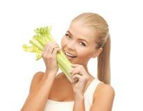 Parte cortante da mulher de aipo ou de salada verde Imagem de Stock