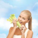 Parte cortante da mulher de aipo ou de salada verde Fotografia de Stock Royalty Free