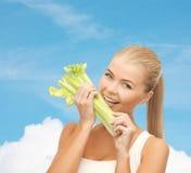 Parte cortante da mulher de aipo ou de salada verde Fotografia de Stock