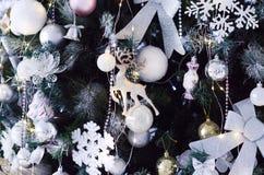 Parte da árvore de Natal com close-up dos brinquedos imagem de stock royalty free