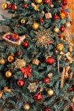 Parte da árvore do verde do ano novo decorada com brinquedos vermelhos, esferas, uma estrela, os presentes, os flocos de neve e a fotos de stock royalty free