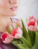 Parte da cara bonita do ` s da moça com o ramalhete cor-de-rosa das tulipas Imagem de Stock Royalty Free