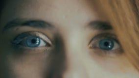 Parte da cara da jovem mulher, dos olhos azuis que piscam, do borrão fora de foco, do conceito natural da beleza, da saúde, da me vídeos de arquivo