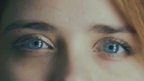 Parte da cara da jovem mulher, dos olhos azuis que piscam, do borrão fora de foco, do conceito natural da beleza, da saúde, da me video estoque