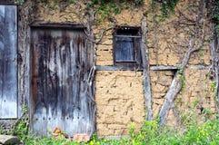 Parte da casa coberto de vegetação abandonada em Bulgária Fotos de Stock Royalty Free