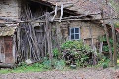Parte da casa dilapidada na vila foto de stock royalty free