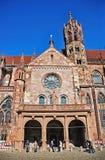 Parte da construção da catedral da igreja de Freiburger, Freiburg, Baden-Wuerttemberg, Alemanha imagens de stock