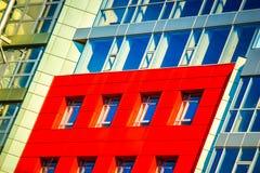 Parte da construção moderna da fachada com vermelho e o azul Fotos de Stock Royalty Free