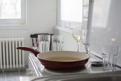 Parte da cozinha e dos pratos após o almoço íntimo ou jantar para dois com vinho branco imagem de stock royalty free