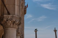 Parte da fachada do palácio Palazzo Ducale do ` s do doge em Veneza durante a mostra do dia a arquitetura gótico detalhada do est Imagem de Stock