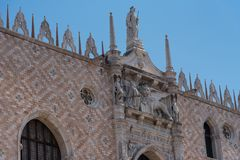 Parte da fachada do palácio Palazzo Ducale do ` s do doge em Veneza durante a mostra do dia a arquitetura gótico detalhada do est Fotos de Stock