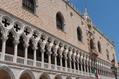 Parte da fachada do palácio Palazzo Ducale do ` s do doge em Veneza durante a mostra do dia a arquitetura gótico detalhada do est Foto de Stock Royalty Free