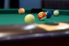 Parte da mesa de bilhar americana com bolas. Imagens de Stock