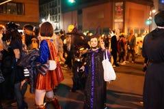 A parte 2015 da parada de Dia das Bruxas da vila 4 13 Imagem de Stock Royalty Free