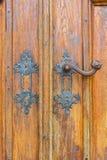 Parte da porta de madeira velha do vintage com botão de porta fotos de stock
